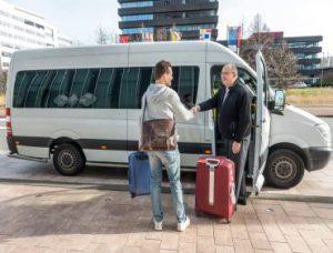 Kierowca odbiera pasażera z lotniska
