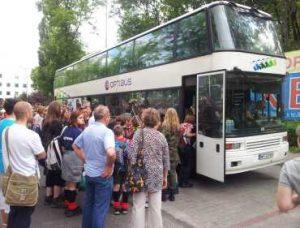 Harcerze wsiadają do autobusu