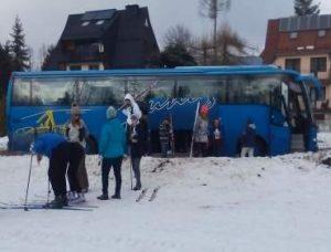 autobus z narciarzami