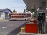 autobus piętrowy na stacji paliw
